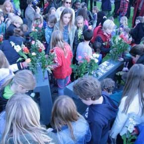 Maatworks_lidewij_lenders_monument_dodenherdenking_ijburg_bloemen